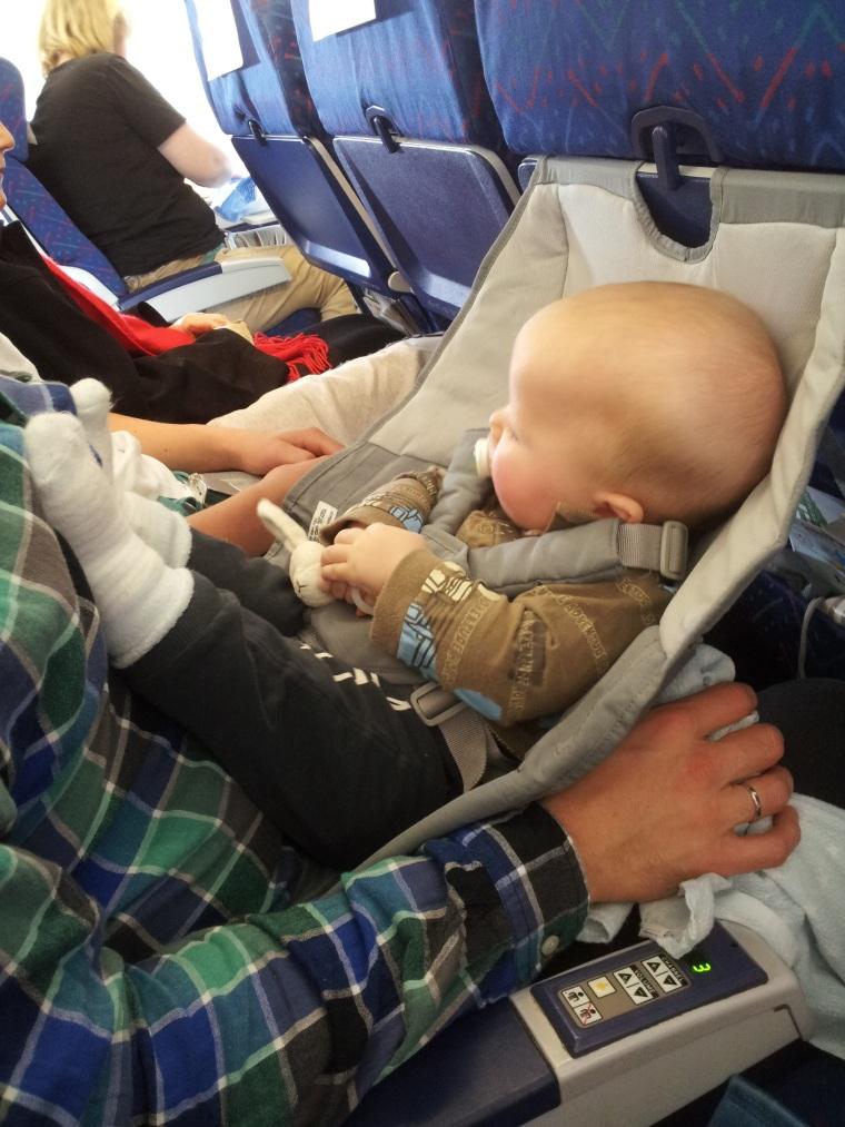 Denne lille turisten er 8 mnd gammel og sitter i FlyeBaby ombord Thomas Cook